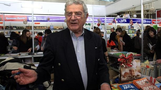 Стефан Цанев дава автографи на читатели на Панаира на книгата в НДК