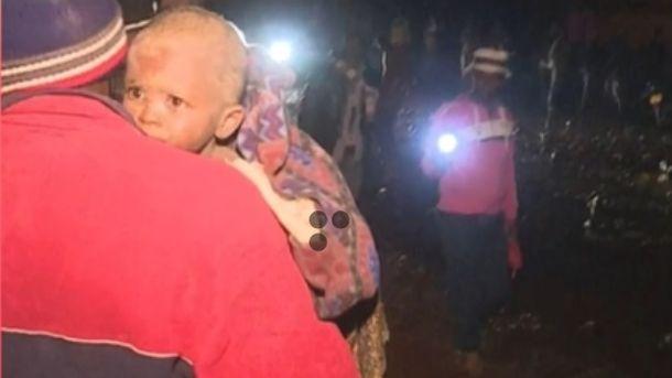 Кадър от видео на Ройтерс от спасителната операция след разлива на язовир в Кения.