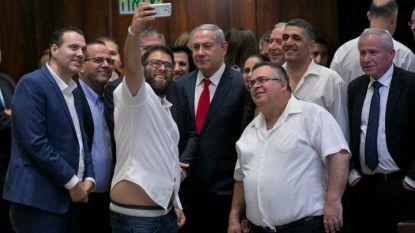 Снимката, на която израелският карикатурист Ави Кац смени лицата и телата на премиера Бенямин Нетаняху (в средата) и депутатите в кадъра със свински.