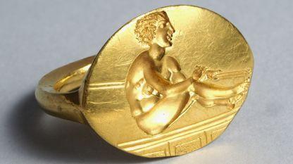 Златен пръстен-печат от могила Светица край гр. Шипка, област Стара Загора.