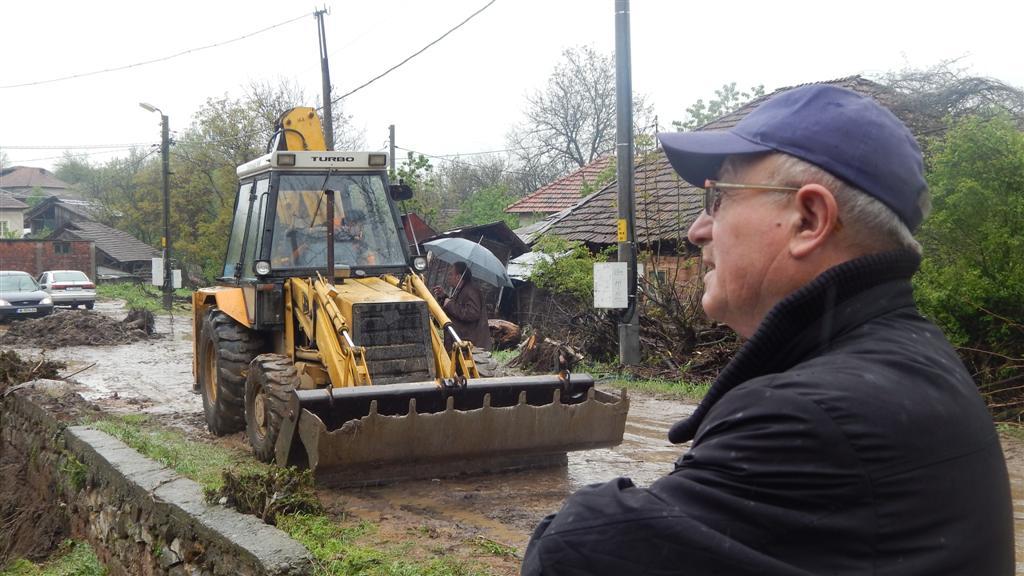 Областният управител на Видин Кръстьо Спасов в бедстващото село Плешивец 25 април 2014 година