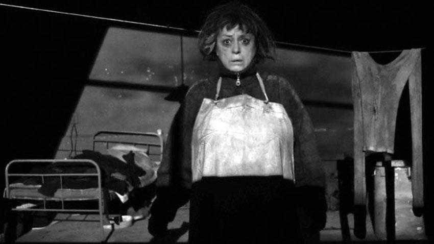 """Мимоза Базова в сцена от спектакъла на Театрална работлница """"Сфумато"""" """"Родилно петно"""" от Николай Коляда"""