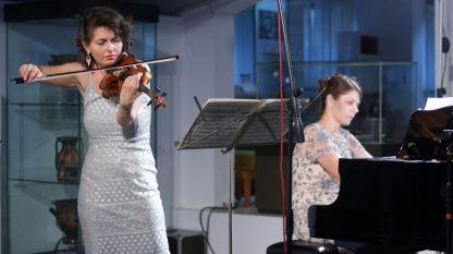 Йоанна Каменарска, цигулка (вляво) и Ирина Георгиева (пиано), Археологически музей, Созопол