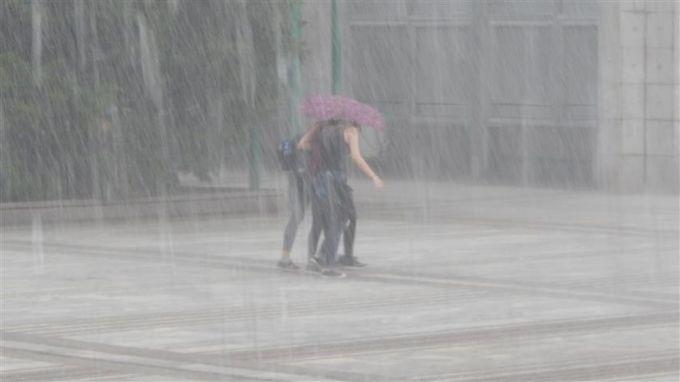 Пороен дъжд наводни мазетата на болницата в Девин