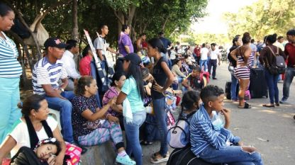 Бежанци от Венецуела на автобусна спирка в колумбийския град Кукута