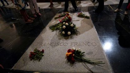 """Цветя са поставени върху гроба на испанския диктатор Франциско Франко в """"Долината на падналите"""" в Сан Лоренсо де Ел Ескориал край Мадрид."""