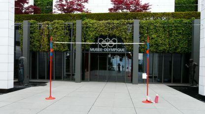 Летвата с височина 209 см, ненадминатият рекорд на Стефка Костадинова стои на входа на Музея на олимпийското движение в Лозана.