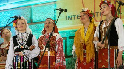 Силвия Димитрова /третата от ляво на дясно/ на концерт с хор