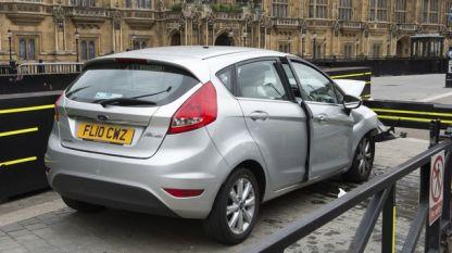 Колата на Салих Хатер, разбита в загражденията на британския парламент