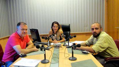 """Александър Велев, генерален директор на БНР, Ива Дойчинова и Станислав Додов (от ляво надясно) в студиото на """"Нашият ден""""."""