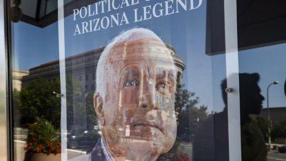 """Пешеходци се отразяват в първата страница на """"Аризона репюбликс"""", посветена на починалия на 25 август сенатор Джон Маккейн"""", пред Музея на новините във Вашингтон."""