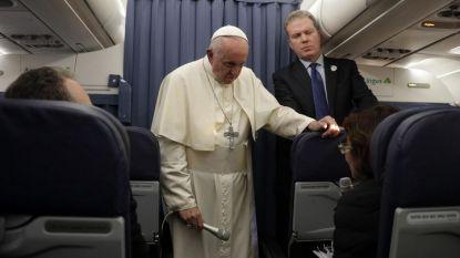 Папа Франциск говори с журналисти на борда на самолета при връщането си от Дъблин в Рим.