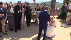 Кадър от края на танца, когато австрийската външна министърка Карин Кнайсъл прави дълбок поклон пред руския президент Владимир Путин на сватбата ѝ.