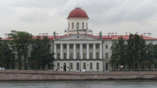 \r\nПрочутият Пушкински дом в Петербург (Институтът за руска литература), където се е състояла Международната научна конференция с участието на 14 български учени
