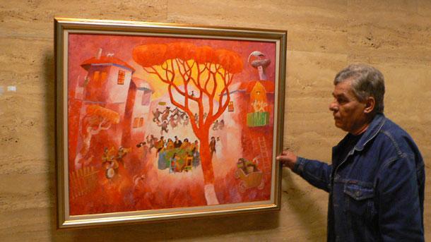 \r\nХудожникът Милчо Спасов пред картината си