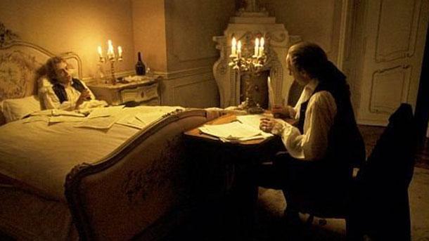 """На снимката: Сцена от филма на Милош Форман """"Амадеус"""" с Том Хълс, превъплътил гениалния австрийски музикант, и Мъри Ейбрахам (в ролята на Салиери)"""