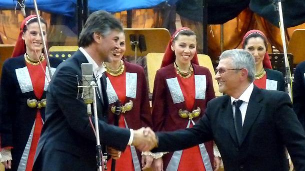 На снимката: Първият кавал на планетата - Теодосий Спасов, поздравява Георги Генов.