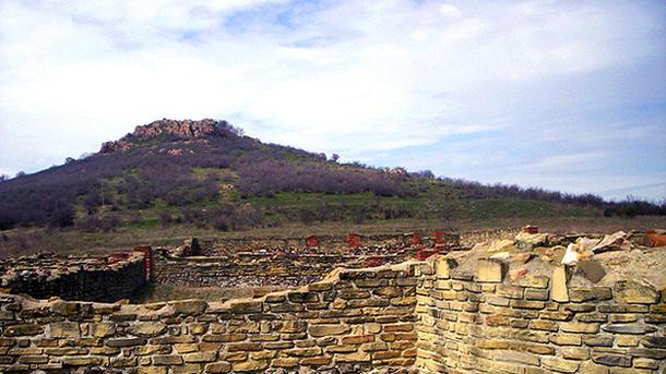 Поглед към руините на тракийския град Кабиле.