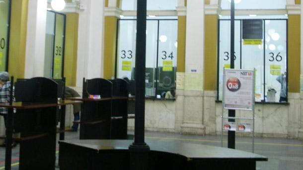 Празните сега зали на Централната поща в столицата помнят и по-голямо оживление.