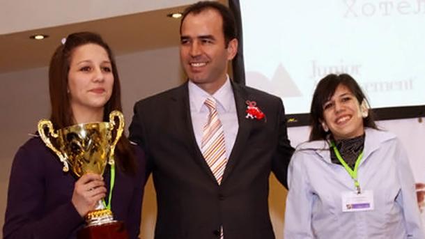 Управителят на БНБ Иван Искров и победителите от варненската търговска гимназия