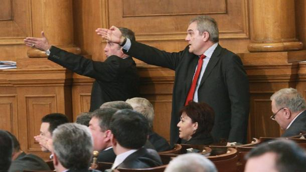Парламентът отхвърли проекторешението за повдигане и поддържане на обвинение срещу президента Георги Първанов и предложение до Конституционния съд за прекратяване на неговите пълномощия заради нарушение на конституцията.