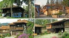 (1) – Das Geburtshaus von Dimtscho Debeljanow; (2) – Das Denkmal von Todor Kableschkow, links das Kantardschiew-Haus; (3) – Das Geburtshaus von Georgi Benkowski; (4) – Das Geburtshaus von Ljuben Karawelow