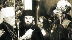 10. Mai 1953, die Alexander-Newski-Kathedrale. Die Inthronisierung des Patriarchen Kyrill (rechts). In der Mitte ist Archimandrit Maxim, künftiger Patriarch der Bulgarischen Orthodoxen Kirche.