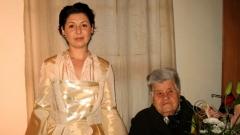 Η γιαγιά Στεφάνα και η εγγονή της, Στέφκα Μπουγιουκλίεβα με το γαμήλιοφόρεματης γιαγιάς της