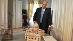 Ο πρέσβης της Ιταλίας, Στέφανο Μπενάτσο, με τη μακέτα τηςΒασιλικής του Αγίου Πέτρου στη Ρώμη