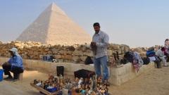 Les marchands de souvenirsattendent toujours les touristes au pied des pyramides de Guizeh...