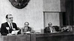 Петър Младенов обявява оттеглянето на Тодор Живков