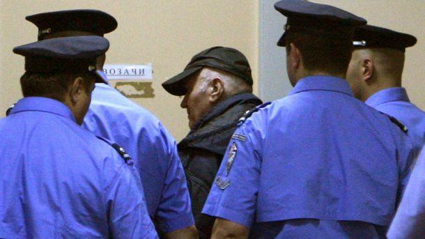 Ратко Младич ескортиран до съда в Белград