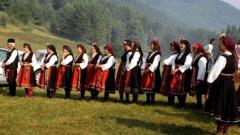 Групата за изворен фолклор от гр. Баня на събора в Копривщица 2010 г.
