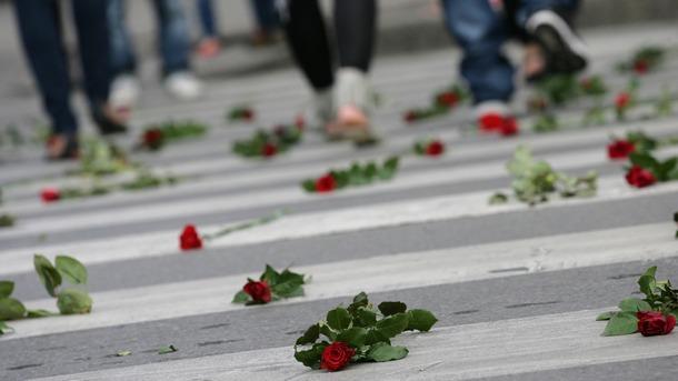 Цветя на пешеходнaтa пътекa при СУ в памет на 12-годишната Валя, загинала на 17 юни 2011г. в Бургас.