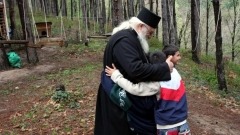 Отец Иван с деца от приюта