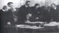 Министър-председателят Александър Стамболийски подписва Ньойския договор