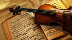 цигулка и партитура
