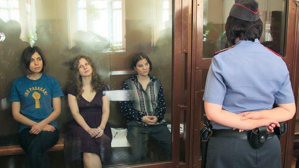"""Тригте момичета от """"Пуси райът"""" в съд в Москва."""