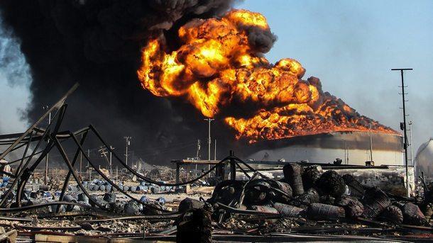 Няколко души бяха ранени при експлозии и последвал пожар в