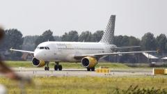самолетът на авиокомпания Вуелинг на летище Схипхол в Амстердам