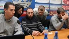 Янко Петров (в средата)