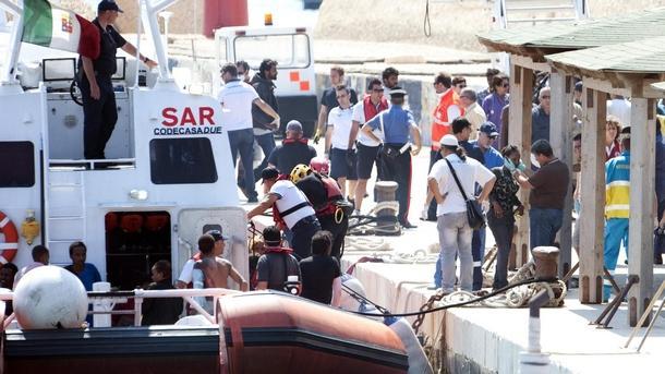 Италия Лампедуза мигранти лодка оцелели