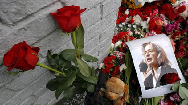 Цветя са сложени в почит към журналистката Анна Политковская край лобното ѝ място.