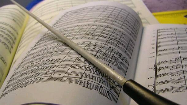диригентска палка и партитура