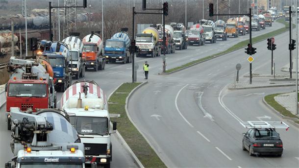 Транспортните фирми засега смятат, че няма да има драстично поскъпване на горивата след спирането на