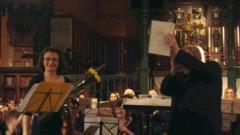 Солистката Деворина Гамалова и диригентът Филип Хескет приемат овации след концерта