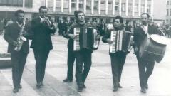 """Празничната музика на Първомайската група събира мало и голямо на многокатно """"Право тракийско хоро"""""""