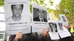 Демонстранти държат снимки на жертвите