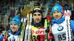 Мартен Фуркад (в средата) след поредната си победа за Световната купа по биатлон този сезон