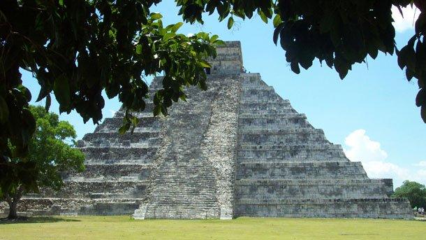 """Чиченица (в превод от езика на маите – """"в устата на кладенеца на Ица"""") е бил политически и културен център на маите в северната част на полуостров Юкатан, Мексико."""